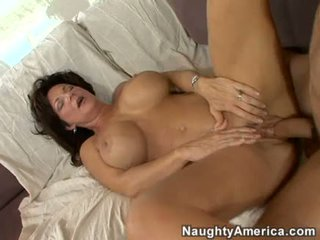 Uzbudinātas mammīte deauxma gets a svaigs load no sperma uz viņai mute