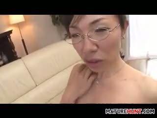 Äldre asiatiskapojke kvinna sugande på en kuk