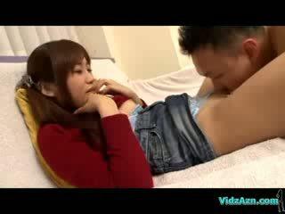 شرقي فتاة في jumper و جينز تنورة licked fingered giving اللسان في ال أريكة