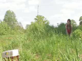 युवा कपल deepfucking द्वारा the lake