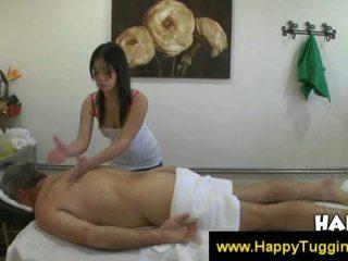Tajlandeze masseuse fucks klient dhe bën atë spermë