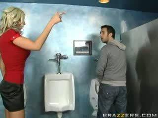 Alcoolisée milf sucks en toilettes!