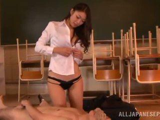 Reiko kobayaka marcas fora nearby dela homem e licks sua meat vara