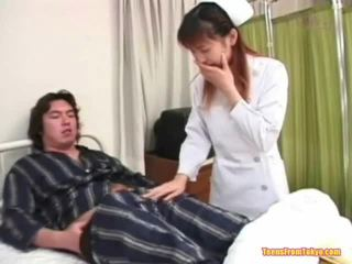 Oriental infirmière jouer de