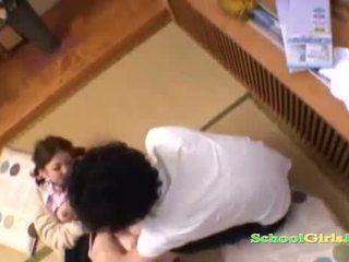 Studentessa licked e fingered da guy succhiare suo cazzo su il pavimento in il roo