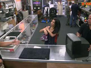 Pervert pawnkeeper knulling en hot cubansk kvinne i den pawnshop