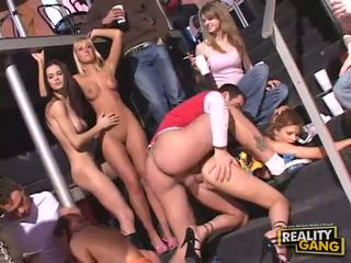 Mabuk remaja seks pesta seks berkumpulan dengan menghisap zakar dan faraj flashing dan seks / persetubuhan keras
