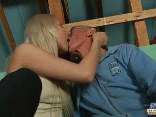 Hanblivé starý guy seduced podľa blondýna násťročné