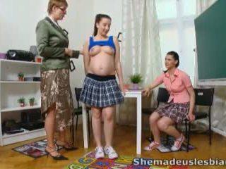 Elle fabriqué nous lesbiennes - simona et son sexy classmate