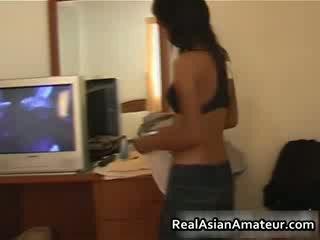 Asiatiskapojke flicka strips henne underkläder off