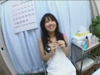 Asiatisch mieze sahnetorte gefickt und fingered auf massage tabelle
