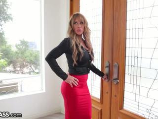 Slutty मिल्फ surprises daughters boyfriend में शावर