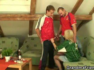 Oud blondine pleasing two friends