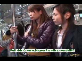 Søt asiatisk babe i den buss