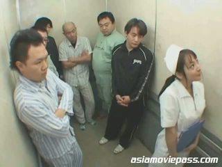 Drobne japońskie pielęgniarka w elevator nadużycie