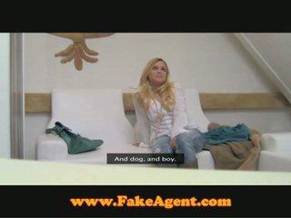 Bar dívka hooking nahoru s fake agent