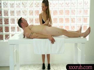 Schön und heiß masseuse got ein warm spunk auf sie gesicht