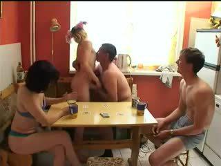 Ruse swingers luaj zhveshje poker.