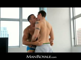Manroyale guy massages a bodybuilder's kukko
