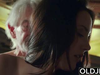 Сексуальна підліток likes для отримати трахкав по дідусь the старий людина.