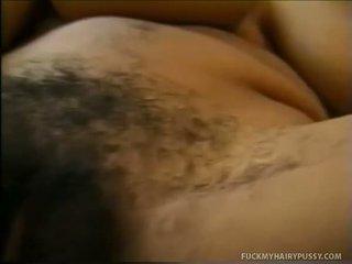 Babe menunjukkan dia tetek dan masturbates berbulu muff