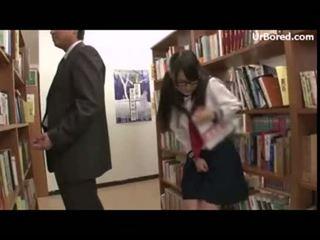 Diáklány képzett által könyvtár geek 12