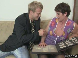 Γριά γυναίκα enjoys καβάλημα σκληρά καβλί