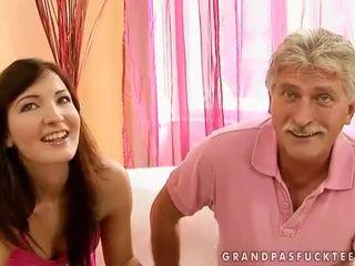 Starý otec a násťročné beauty enjoying príťažlivé sex