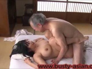 Ung bystiga japanska flicka körd av gammal människa http://japan-adult.com/xvid