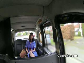 שמנמן בריטי אחות ב fake taxi cab שלל