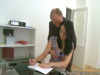 Tiffany the школярка gives спосіб для її teacher's advances