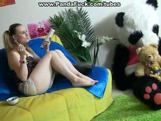 Kåta dame pleasuring tillsammans surrounding leksak björnen