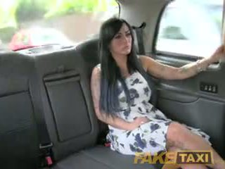 Fake taxi sexy masseuse gets gefickt auf auto bonnet
