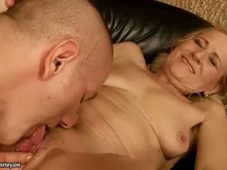 Sensuous grandmother dicklicking et décision amour youthful snake