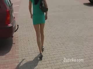 Szexi lány masturbates tovább egy busz