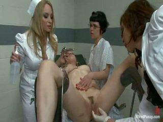 Two cochon pussys avoir strapped à une gyno chaise et bumped par leur lesbie doctors