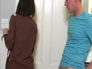 Милф convinces мадама към смуча хуй с тя