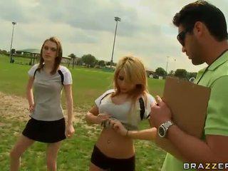 Velika titted blondinke nogomet igralec madison ivy using ji prsi da biti captain