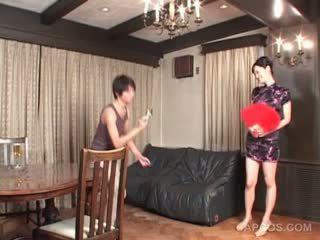 সেক্সি জাপানী মধ্যে geisha outfit gets চোট চুলের মেয়ে squeezed