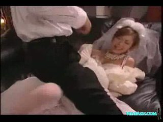 Aziatike vajzë në dasëm fustan licked duke thithur kokosh fucked spermë t