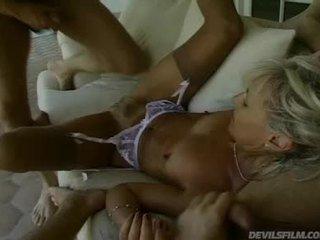 Staršie dáma receives ju vagína fucked ťažký zatiaľ čo ona sucks vták