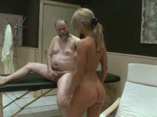 Two mladý holky súložiť starý garndpa v sauna