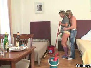Почистване жена rides негов възбуден чеп