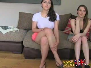 Fakeagentuk two meisjes gelukkig naar neuken hem voor een porno baan lezzing omhoog en anaal