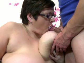 I madh moshë e pjekur mami thith dhe qij i ri me fat djalë: falas porno 4c