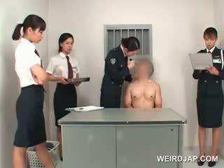 아시아의 경찰 여성 toying male 단단한 바보 에 a 테이블