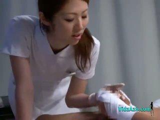 Verpleegster giving afrukken zuigen patiënt lul op de bed in de ziekenhuis