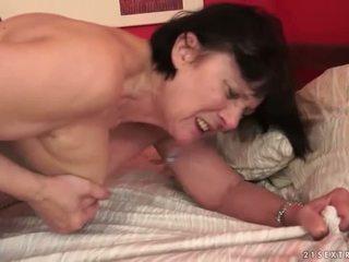 Chlapec loves buclatý babička