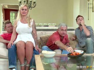 Brazzers - stemor takes noen unge kuk - porno video 451