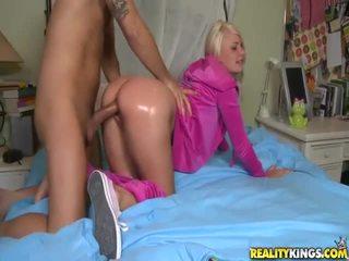 Blonda adolescenta în roz tosh locks takes mare boner doggystyle